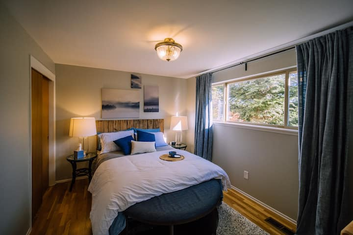 Ferry Ride Room: Private room & bath near Seattle