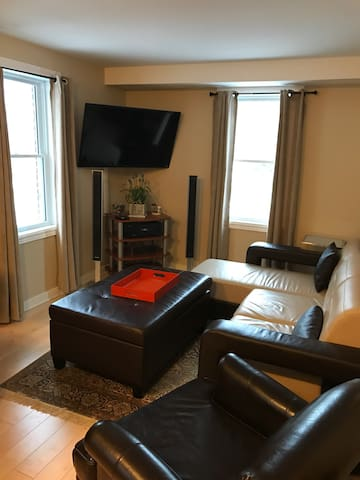 2 Bedroom Overlooking the Rideau Canal w Parking - ออตตาวา - บ้าน