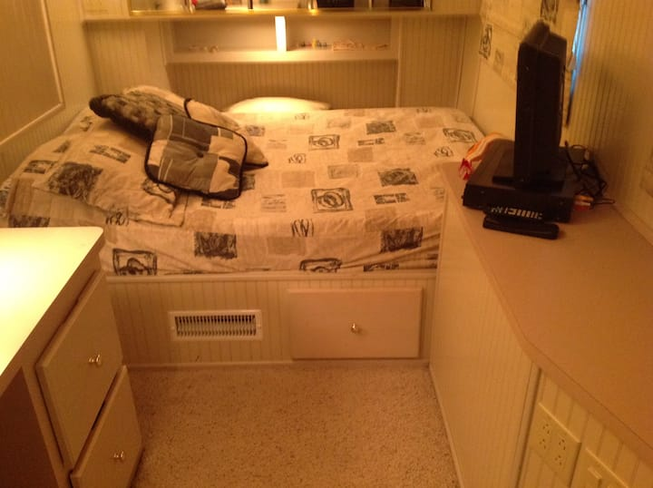 16x80 Housboat, 4 bedroom, 2 bath, upper deck