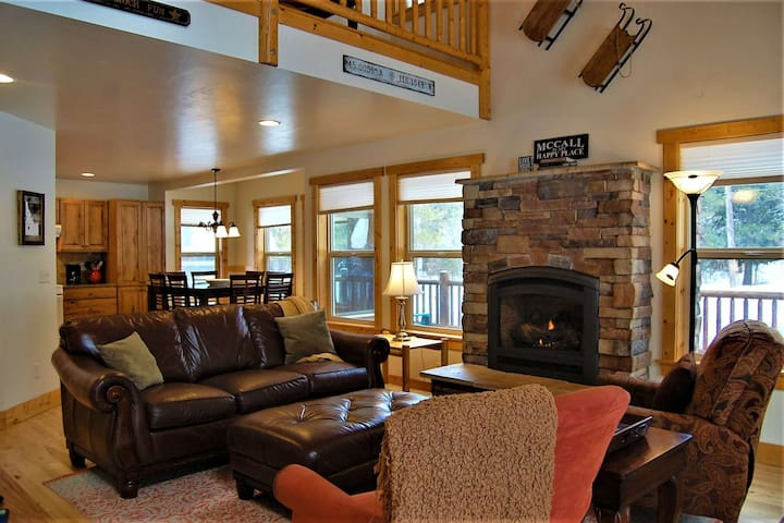 Newly Listed! Mountain Air Getaway- Pet Friendly, 5 Min to shops/dining, HUGE Deck - Tranquil Aspens