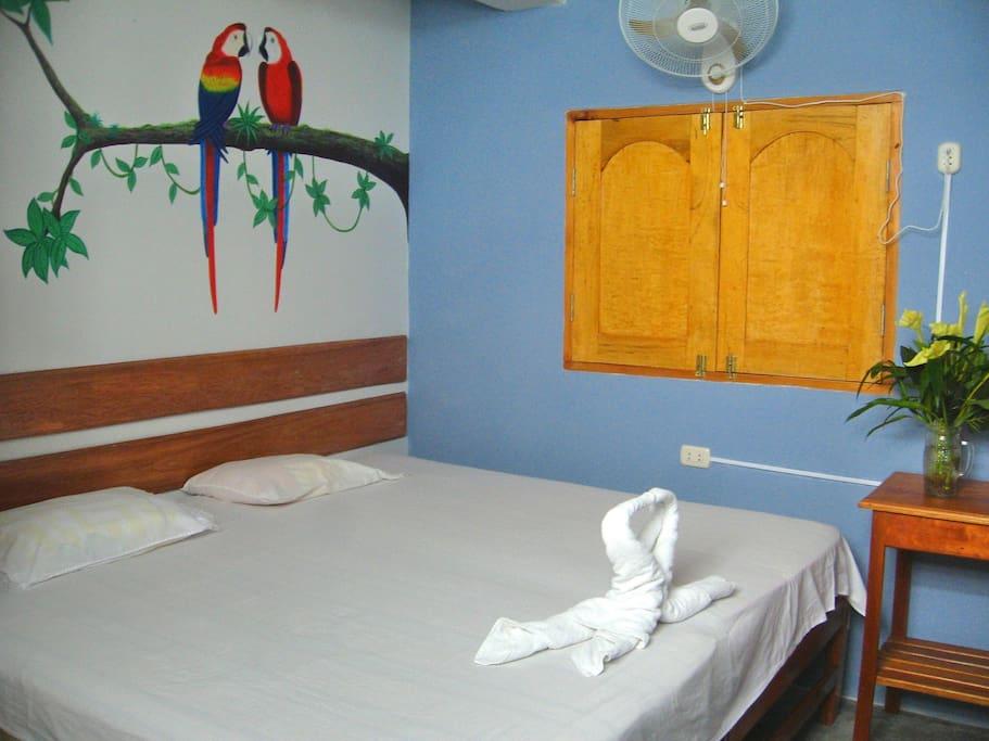 I take care to give you a clean room and hygienic bath / Me esmero en darte una limpia habitación y baño higiénico