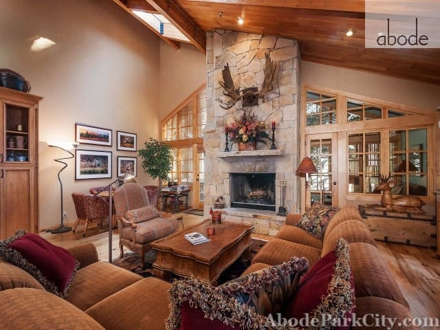Ski Access 50 Yards Away-Wood Burning Fireplace-Prvt Hot Tub-.Cache in DV - Park City - Huoneisto