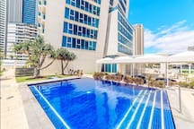 Free use Hotel 4 outdoor and indoor swimming pools located in the deck area(2nd floor) 希尔顿酒店共配有4个室外/室内泳池/1个桑拿房可免费使用
