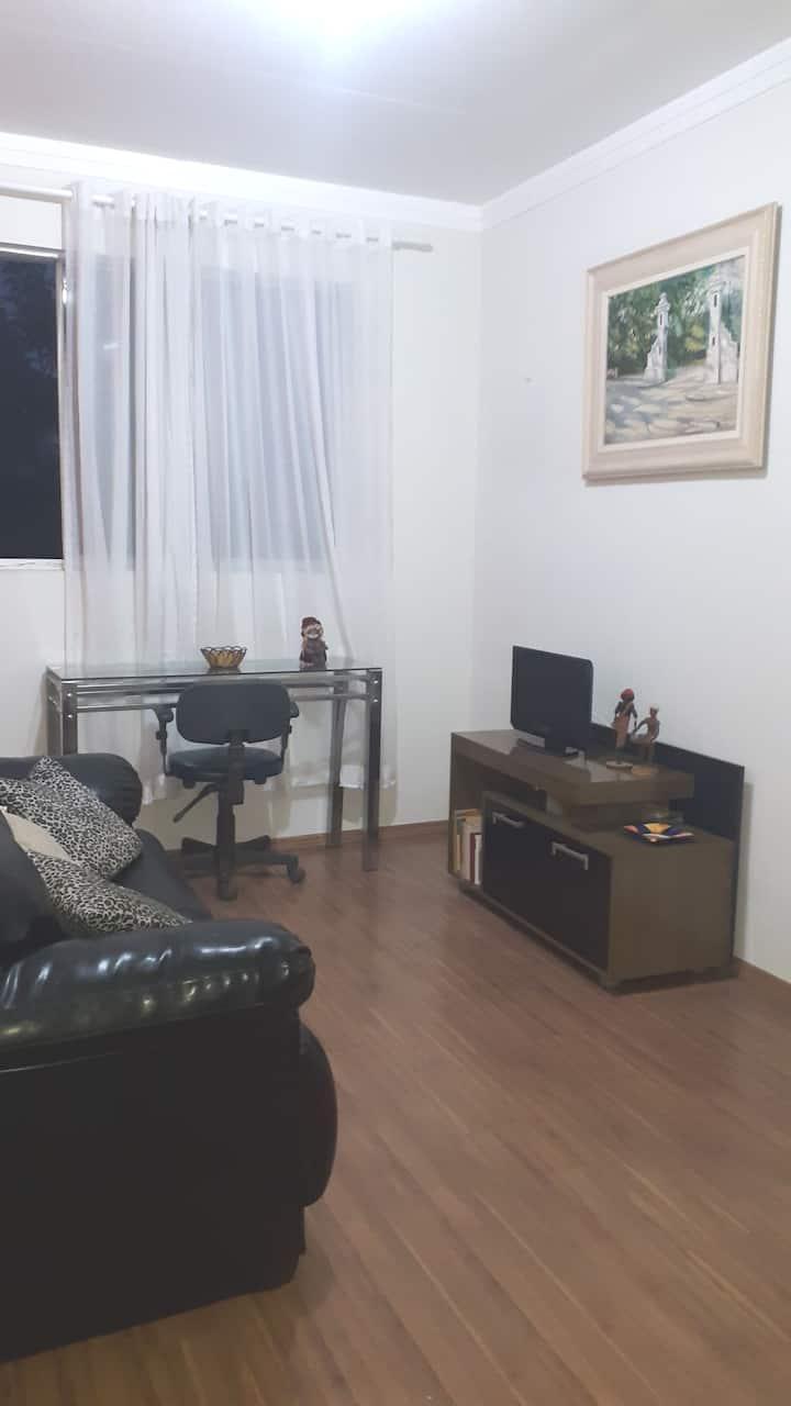 Ap. no centro, com 02 camas, sala, cozinha, NET/TV