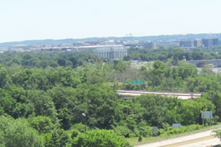 DC Monument Views/Walk to Rosslyn Metro