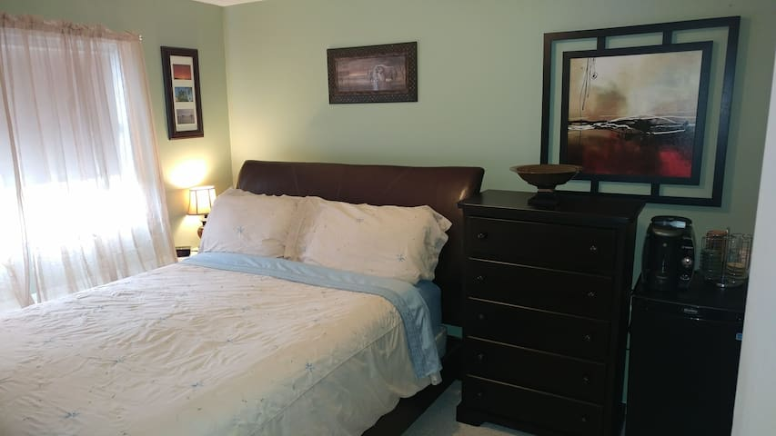 Cozy guest room close to airport. - Comox - Huis