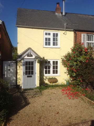 Cosy two bedroom cottage on edge of New Forest