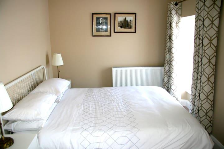 Bedroom Four. 5' bed. (150cm)