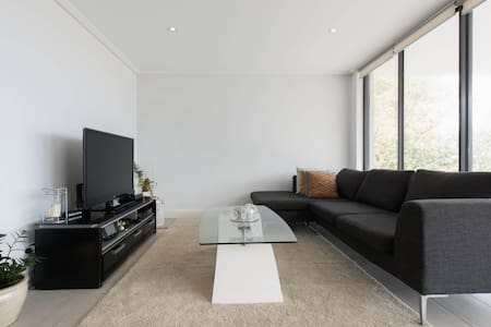 Amazing modern designer style apartment. Bright and spacious with a giant balcony, close to grumpies bakery, parks, coastal walk, city views, public transport and Vaucluse shops.