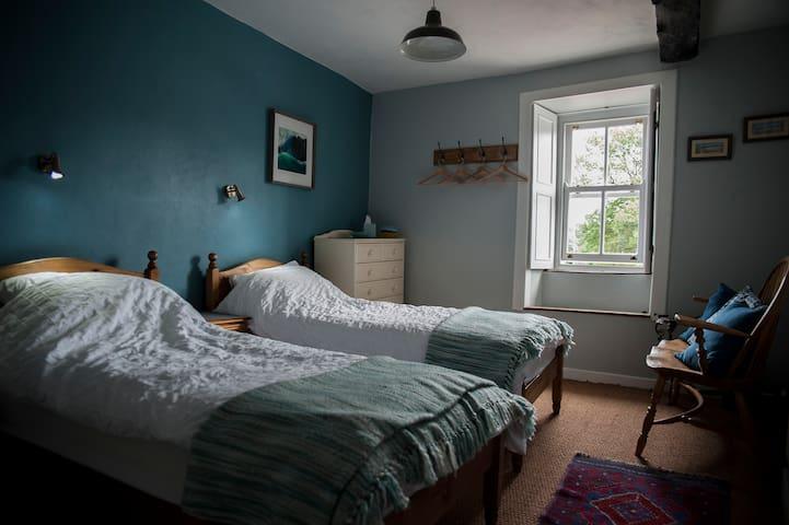 en-suite twin bedroom with window to front.