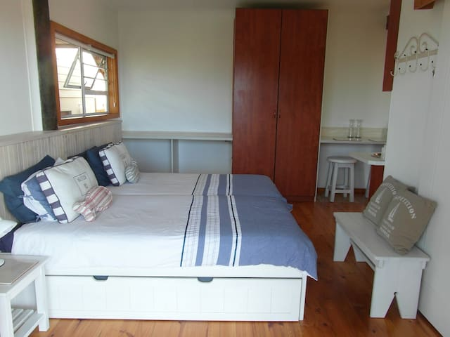 2 person apartment, 5 min to the beach.