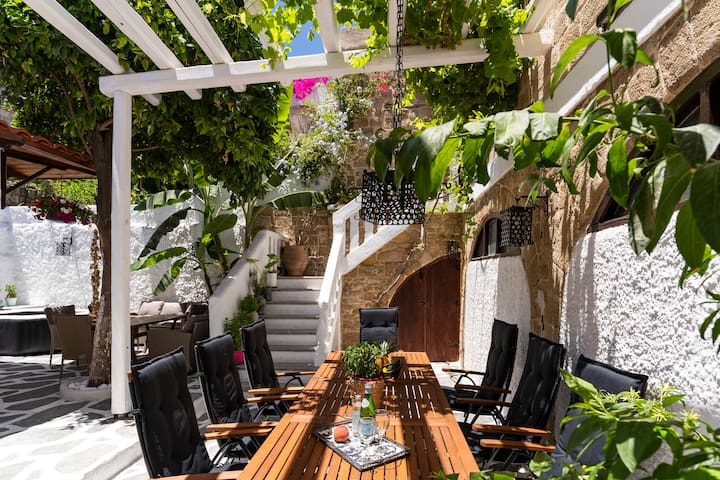 Letty's House - Luxury Apt. with Garden - Old Town