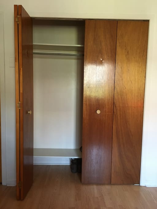 Moitié de l'armoire à votre disposition