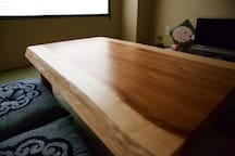 The dining table is made of a single piece of Yoshino cedar wood!