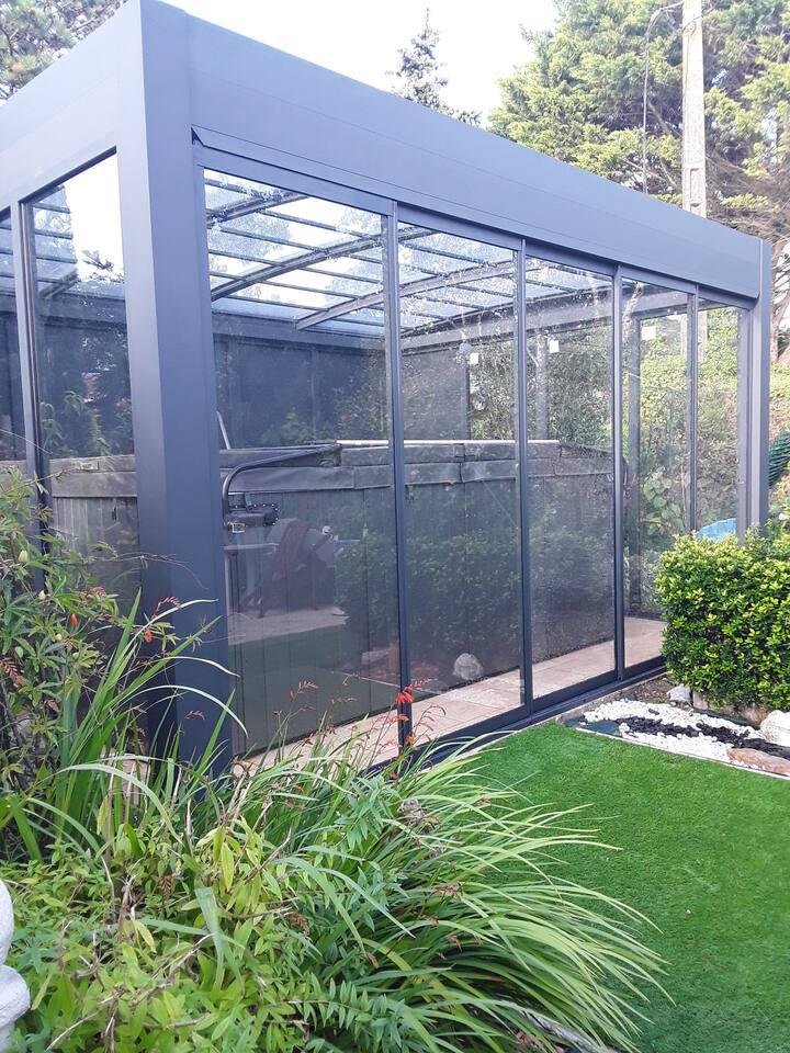 Maison au calme avec jardin et spa de nage .