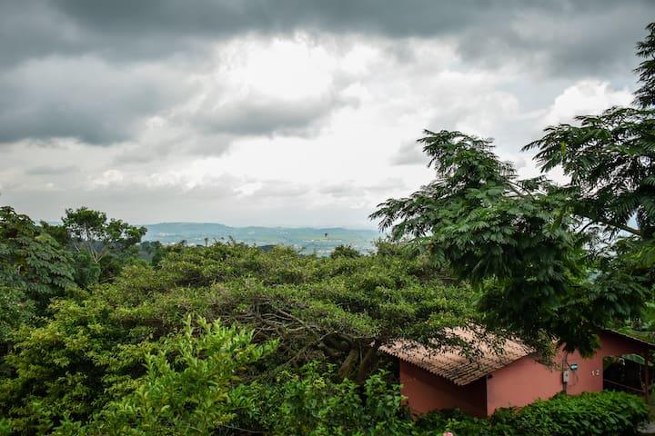 Hermosa vista al valle central, a lo lejos podrá observar la cuidad de Alajuela y San José.