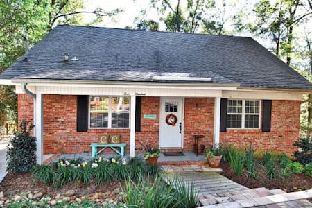 Adorable Fairhope cottage walking distance to town - House
