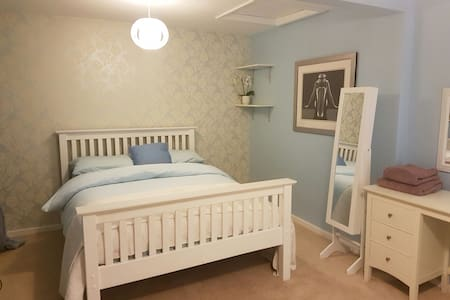 Double Room with bathroom & off street parking - Hertford - Villa