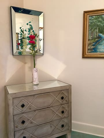 This is the dresser and the mirror that go  in the room with the queen size bed.