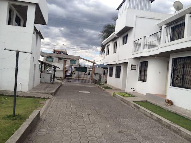 CASA PARA HUÉSPEDES FAMILIA NARVAEZ - Sangolquí - Casa