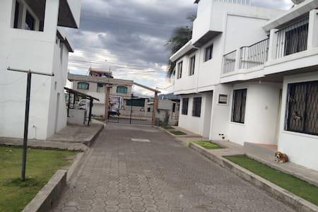 CASA PARA HUÉSPEDES FAMILIA NARVAEZ - Sangolquí - Hus
