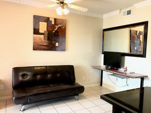 Comfortable 1 bedroom condo,2 single beds,gated.