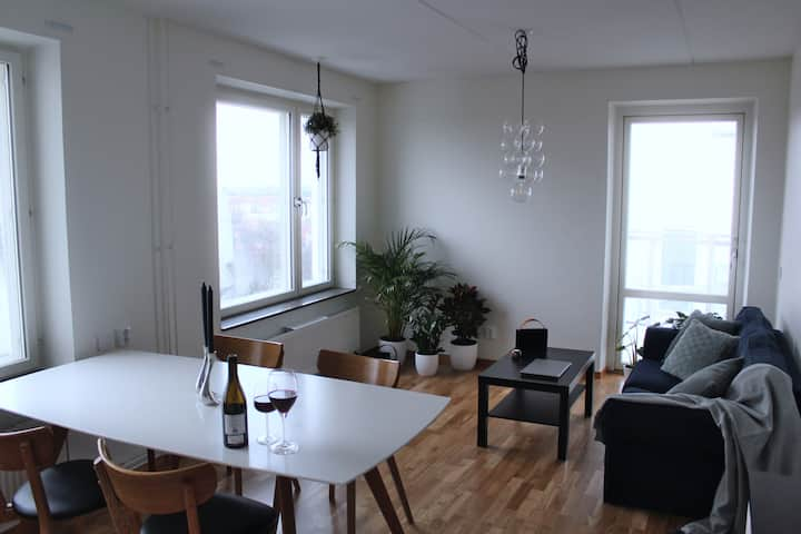 Private room modern flat, 10 minute to city center