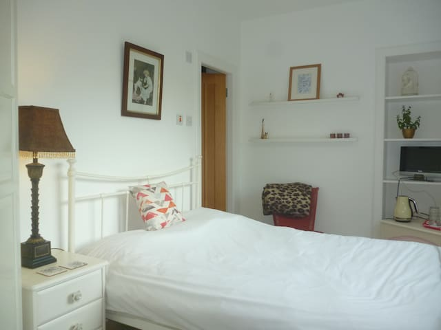 Relaxing, rural double room with en suite shower