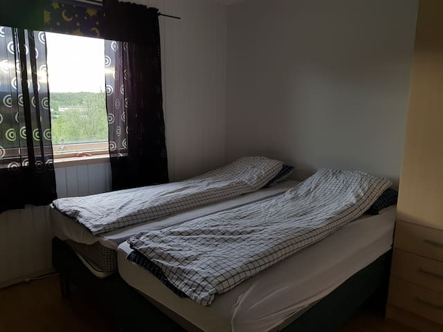 Et lite privat rom, delt bad.