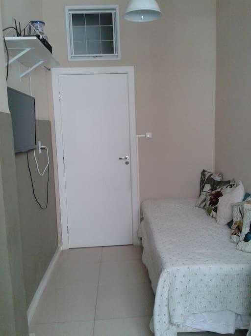 A sala com cama/ sofá de solteiro. Todos os colchões do apartamento são ortobom molas ensacadas masterspring com 90cm de largura.
