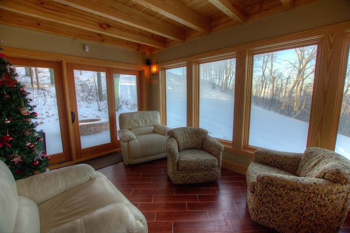 Family Ski-In/Ski-Out Mountain Lodge on Upper Tyro Slope at Wintergreen w/Gas Fireplace & Fire Pit