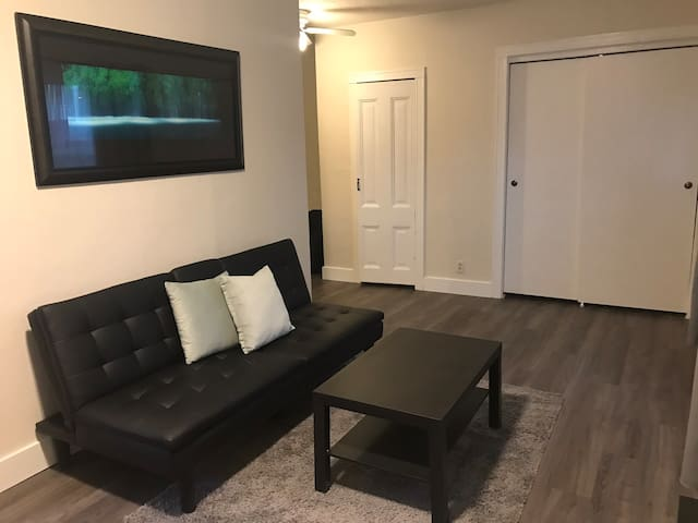 Charming One Bedroom Near Great Food and Shopping