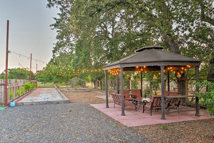 Beautiful gated winemaker's estate close to town