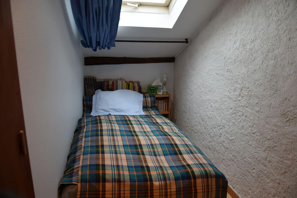 La chambre toute petite mais bien douillette