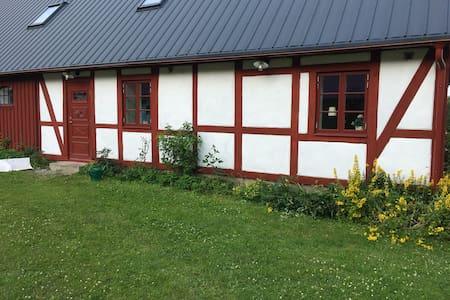 Österlen - Eget  gårdshus  i Skånegård vid Verkaån