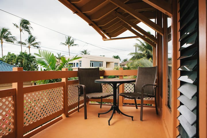 Front Lanai with table for dining/relaxing.