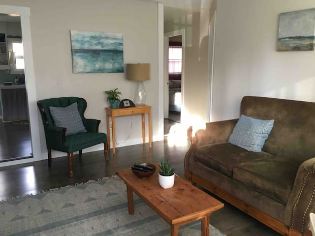 Sweet downtown Talent 2 BR, minutes to Ashland