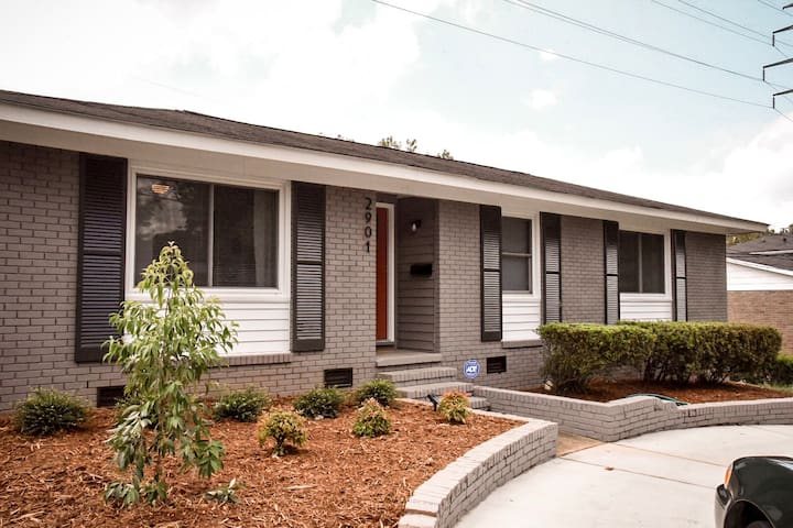 *Five minutes to Uptown * Comfy, 3BR House