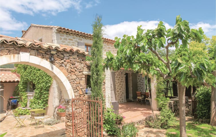 Holiday cottage with 4 bedrooms on 120m² in Vinezac