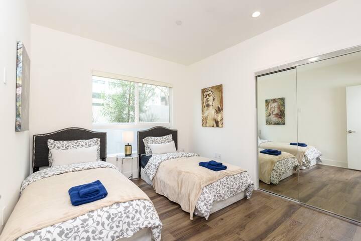 AWESOME 3 BED 3 BATH APTH IN WEST LA /SM