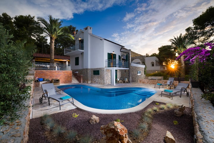 Villa Blue & Green, holiday home with sea view