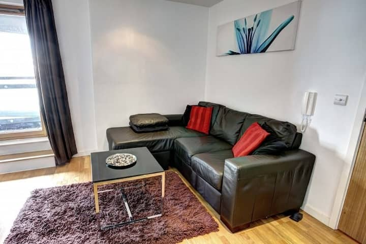 Modern Apartment Near Downtown Leeds | TV + Kitchenette
