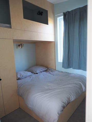 Chambre bleue avec lit superposé. Draps en lin fournis sur l'ensemble des lits.