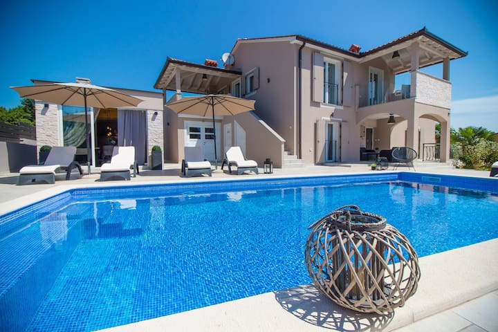 Gorgeous Villa Franka with Pool