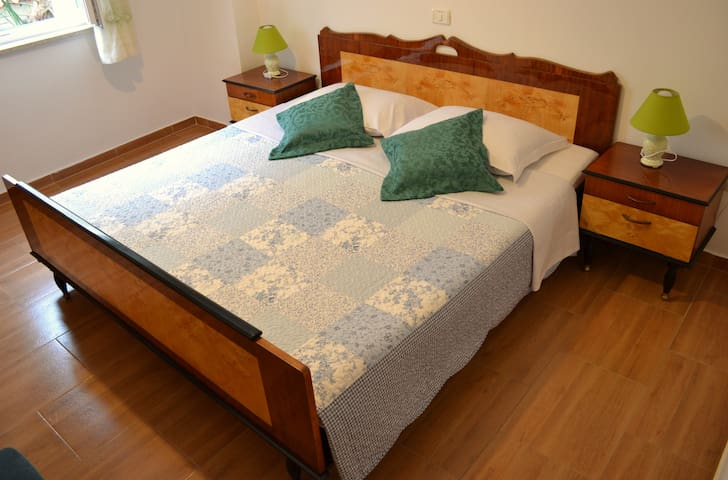 King size bed in master bedroom, 200x180, with quality memory foam mattress and pillows (Dormeo brand)
