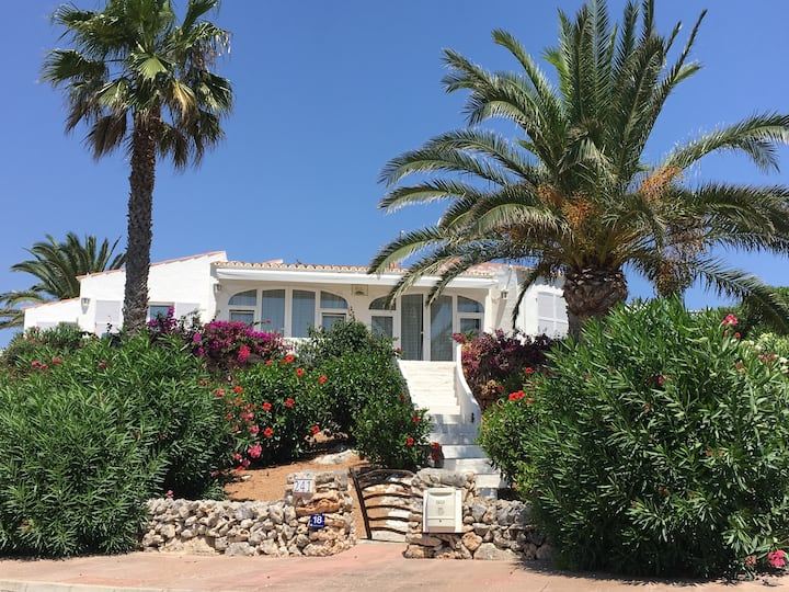 Beautiful home! Amazing views, 4mins from beach!