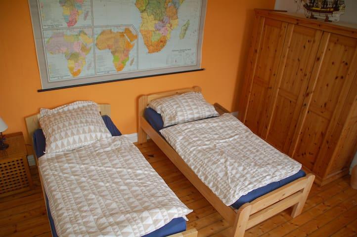 Es gibt zwei seperate Betten, die aber auch miteinander verbunden werden können. Matrazen Härtestufe 2