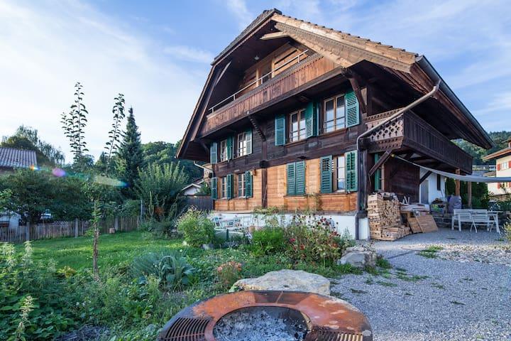 Schweizer Chalet mit Garten, nähe See, Bergsicht - Hilterfingen - House