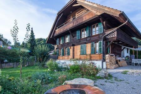 Schweizer Chalet mit Garten, nähe See, Bergsicht - Hilterfingen