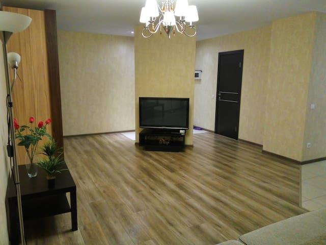 Большая площадь гостиной с уютной подсветкой